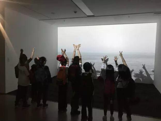"""来""""叶锦添:全观""""展览现场,让孩子的作品与未来相遇!"""